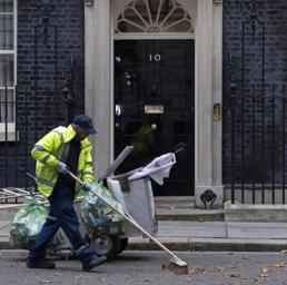May nomina i nuovi ministri Brexit e Lavoro ma tiene per sé i negoziati